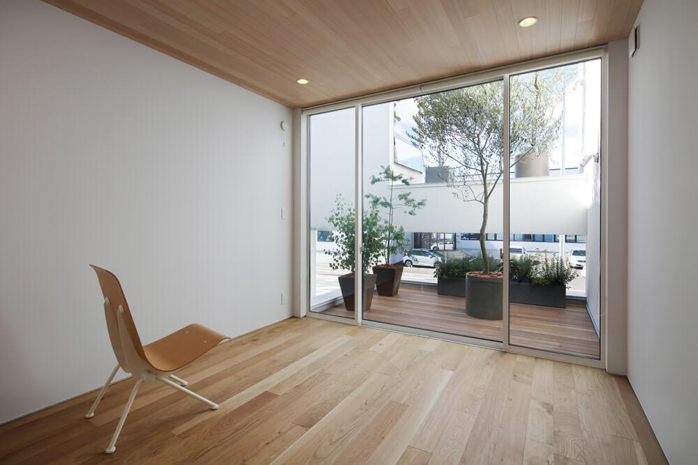 コンパクトな中2階居室には専用のテラス
