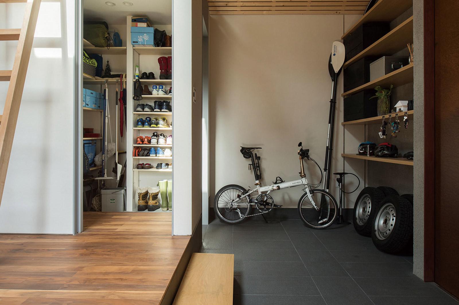 玄関土間には物置も兼ね、アウトドア用品や自転車、タイヤまですっきりと収納できる