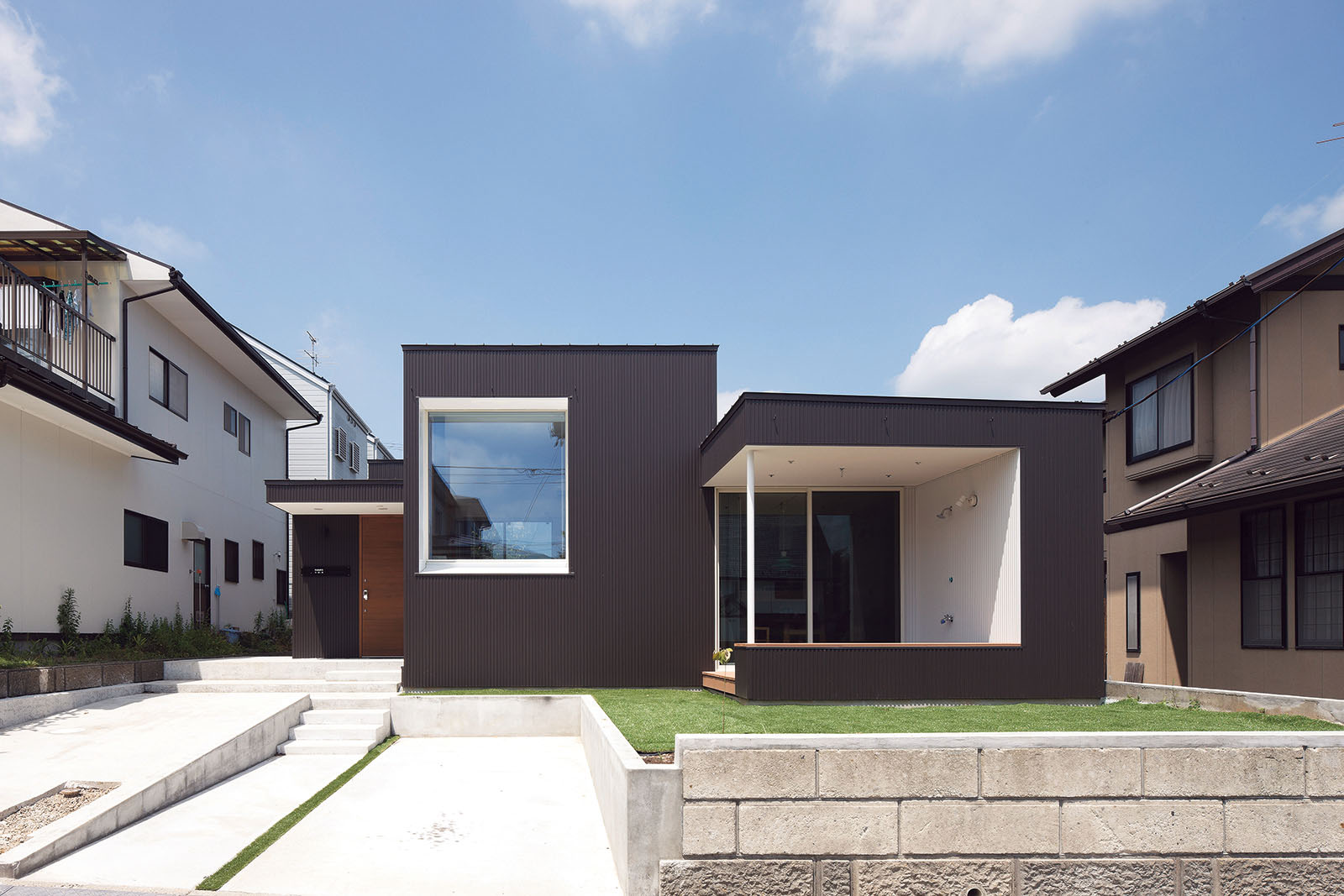 ボックスを組み合わせたような外観。軒天や窓まわりの白い外装材が家の表情を引き締めている