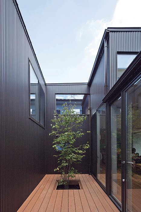 リビングとスタディコーナー、寝室に囲まれたテラス1は、外部の視線が入らない眺めるための贅沢な庭