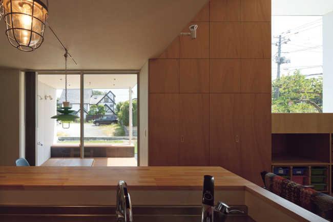 キッチンから道路側のテラス2を見る。深い軒を持つ外部空間は、さまざまに活用可能