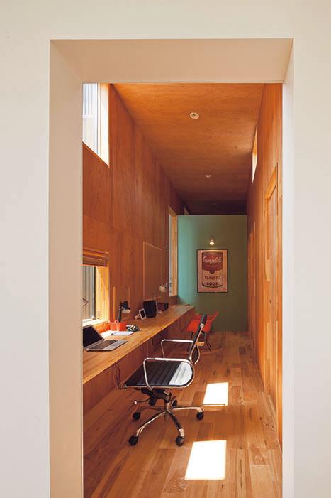 広い通路のようなスタディコーナー。アクセントカラーのグリーンの壁が可愛らしい。 カウンターの右下(写真左奥)には床下収納への入り口も