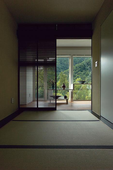 ゲスト用としても使われる畳の間。視線を低くして外を眺めると、また違った景色が楽しめる。扉のスリット越しに入る光も美しい