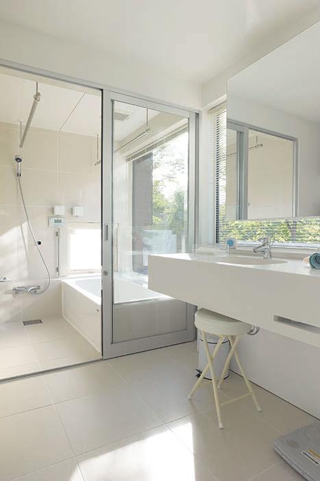 白を基調にした清潔感あふれる浴室と水まわり。窓の外の緑が一層映える