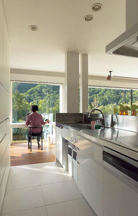 キッチン横には窓にそってワークスペースを準備。ここからバードウォッチングを楽しむことも