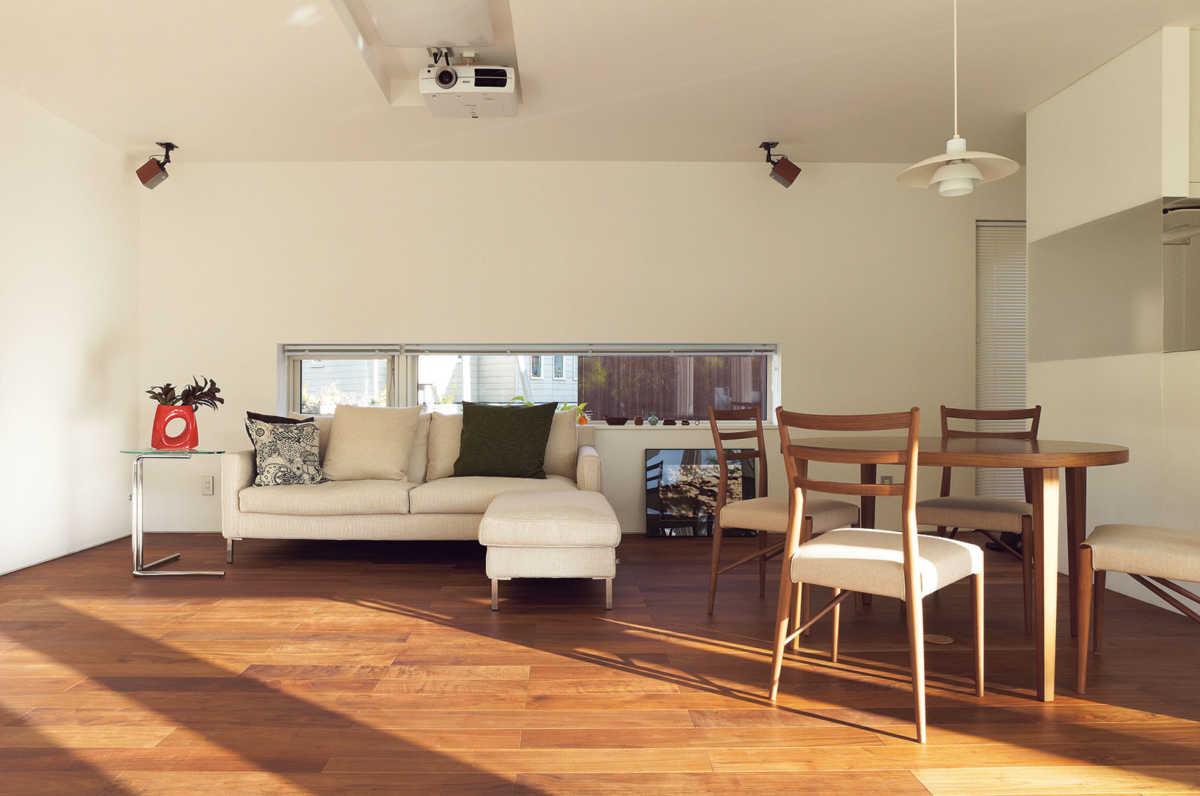 リビング・ダイニングは景色を優先して眺められるよう家具を配置。玄関側の壁面には必要最小限の窓だけを設けた