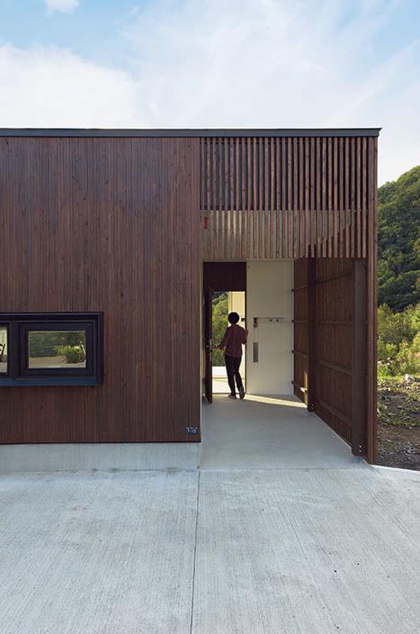 門のような玄関。そこを抜けると目の前に景色が広がる仕掛けだ