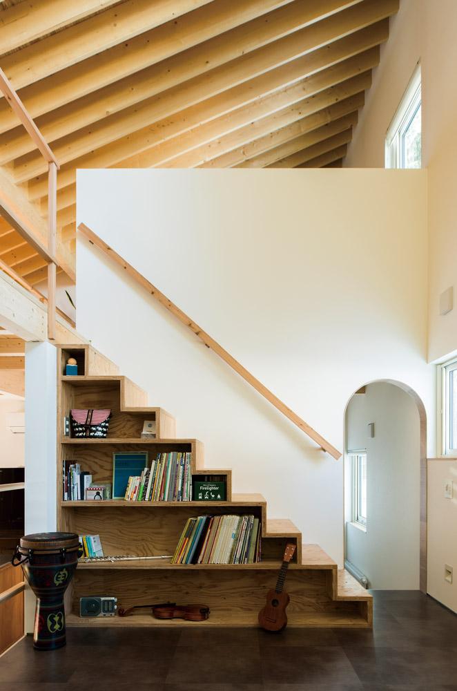 収納を兼ねた階段