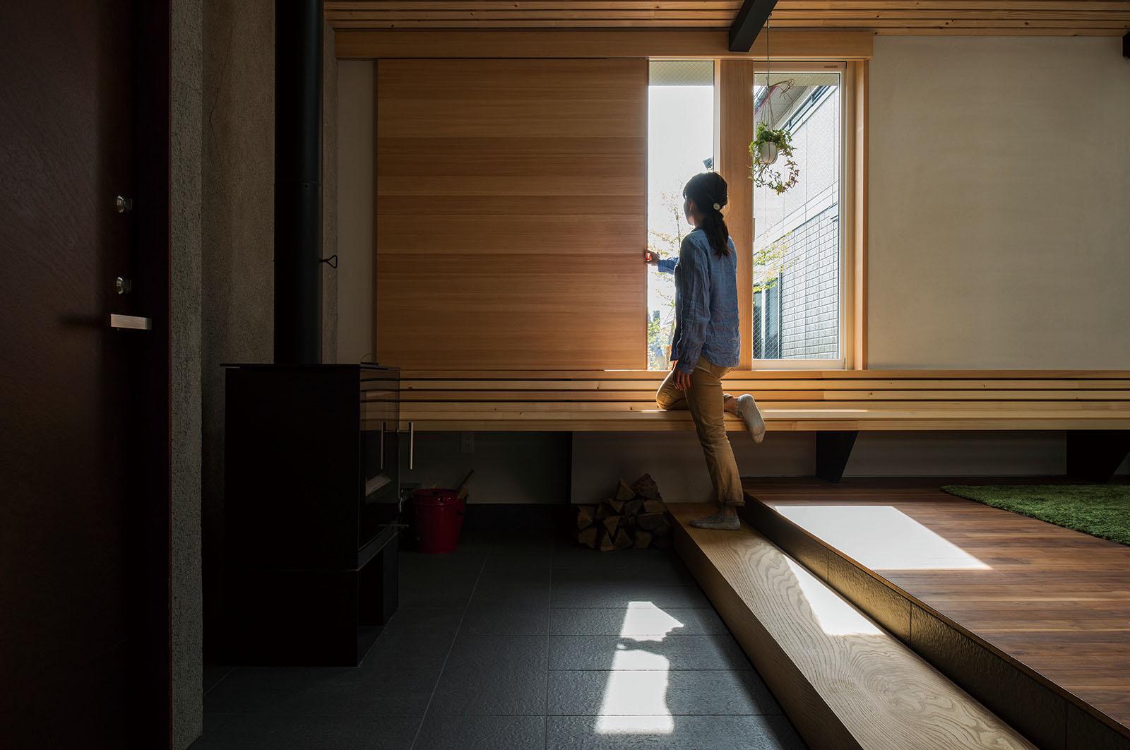 隣接する実家の庭を見渡す開口は、窓越しに四季の彩りと両親との会話が楽しめる