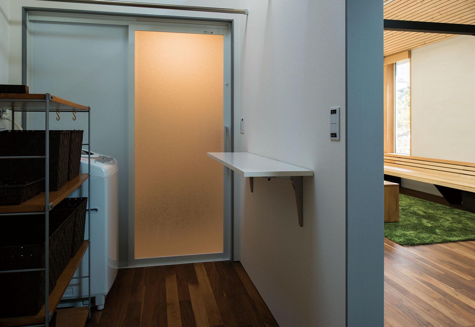 ユーティリティの壁には、限られた空間を有効活用でき、使い勝手が良いアイロン台を造作