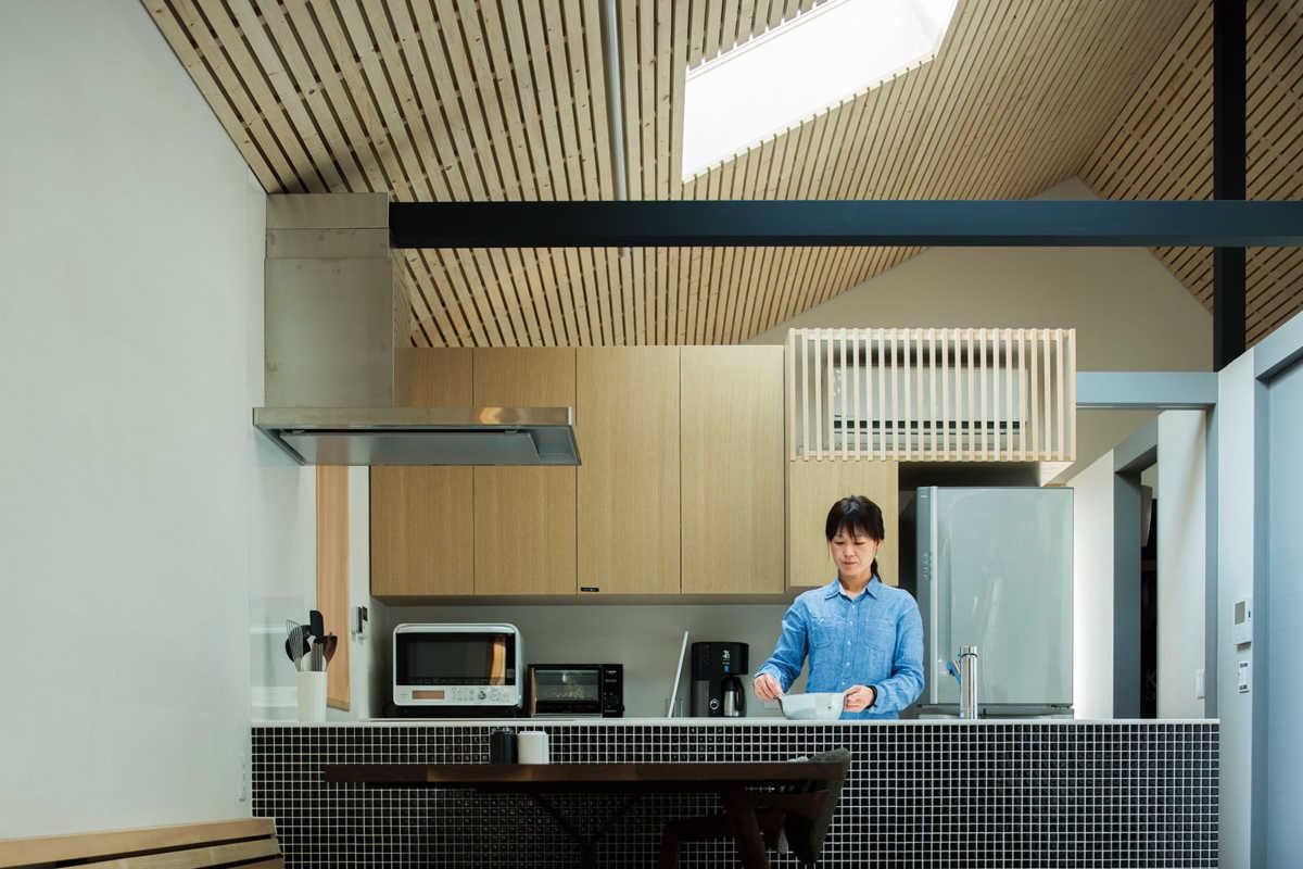 キッチン真上に設けられた天窓から降り注ぐ外光が、やさしく家事の手元を照らす