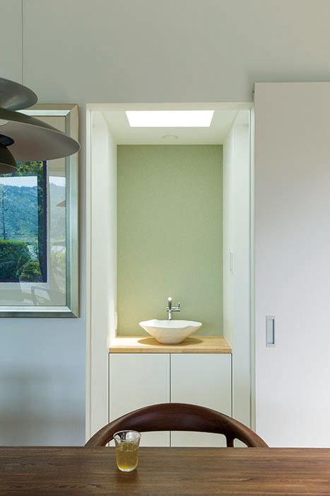 トップライトの光が天気や時間帯でニュアンスを創る手洗い場