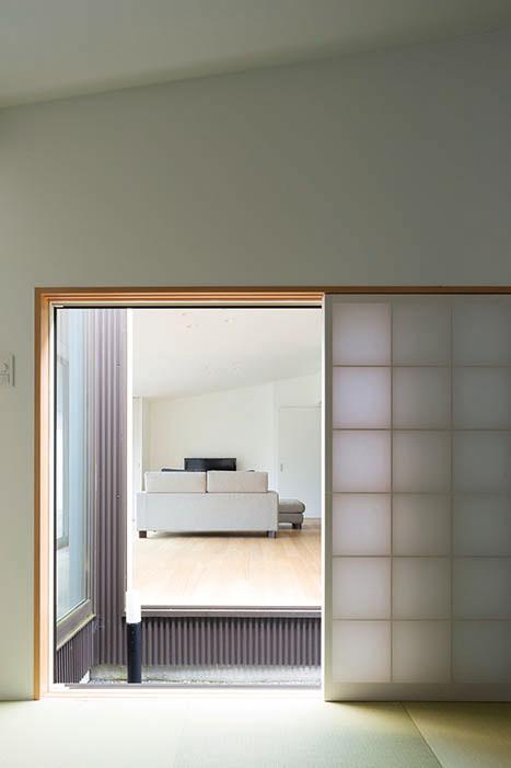 大き目の地窓を使った和室は、光庭と玄関ホールでLDから切り離した
