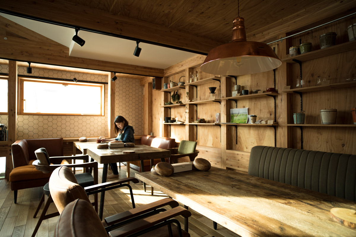 木の空間を引き立てるカフェ店内のインテリア