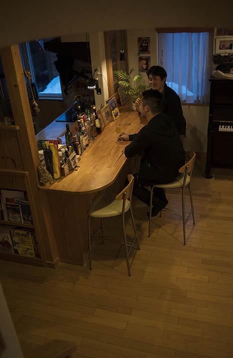 成長した息子さんとバーカウンターで念願のお酒を酌み交わすことも