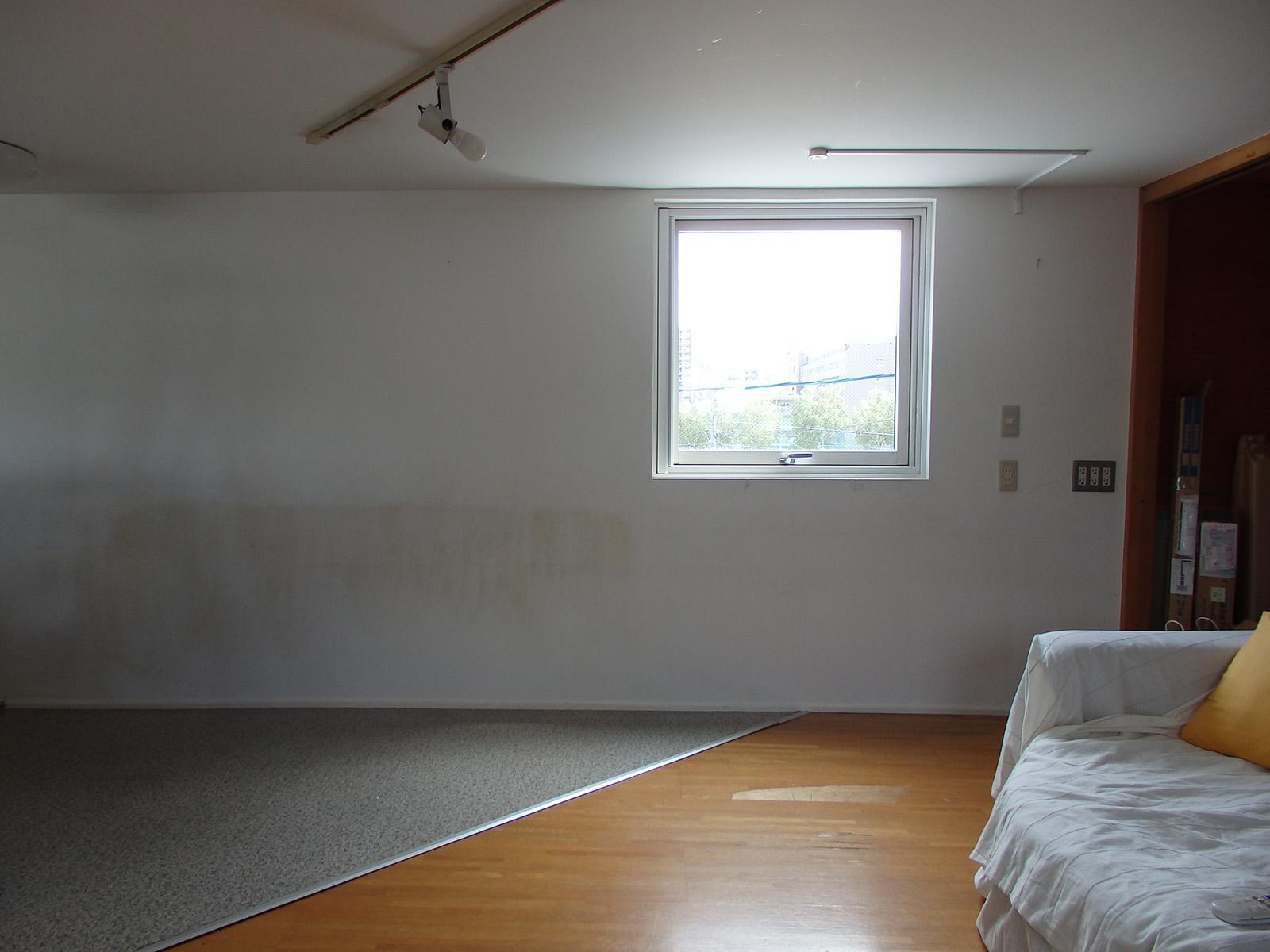 DIY前はこんな感じ。白塗装の壁の一部がカビや工事の跡などで汚れた状態だった