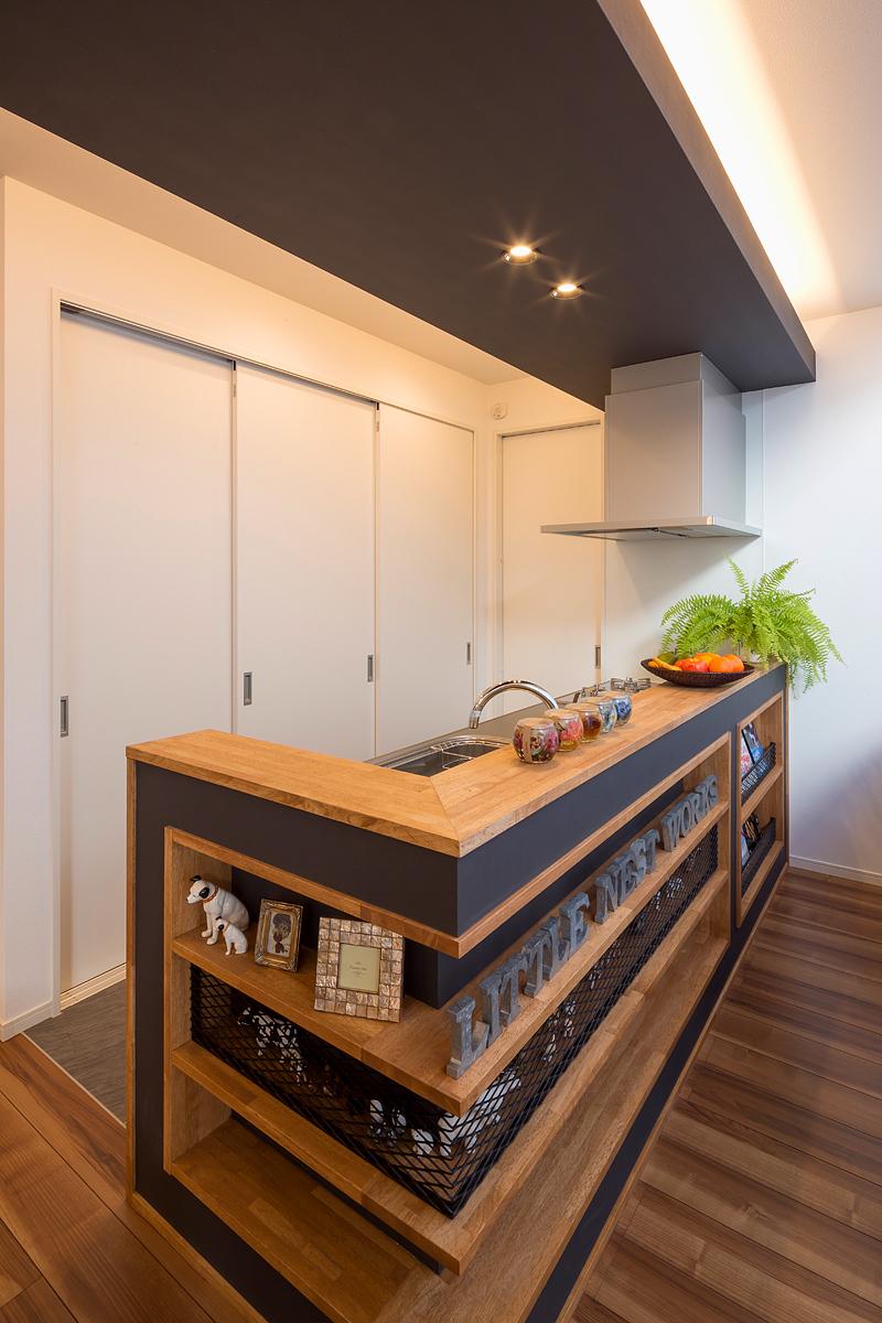 キッチン背面にも大容量の収納を確保した。右奥は食品庫
