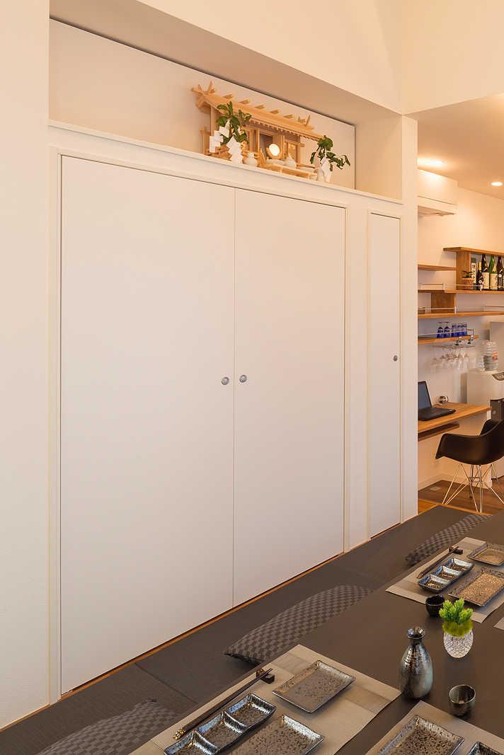 座敷部分の収納には、実は仏壇が。来客のときには扉をしめて目隠しを