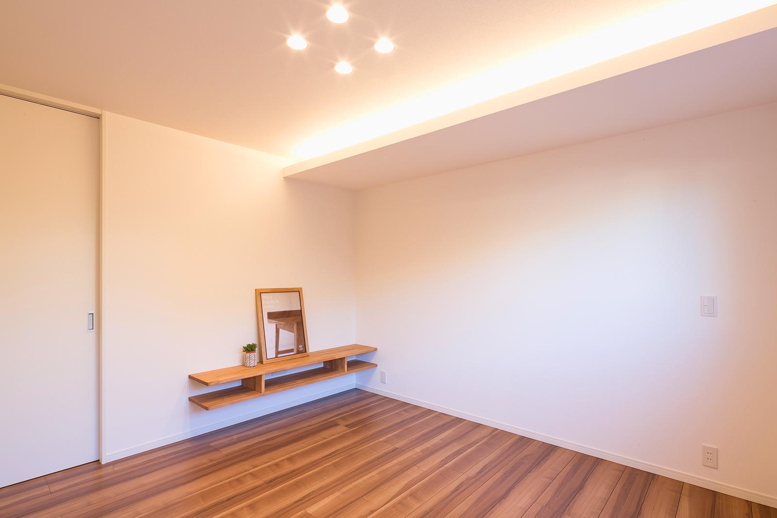 シンプルに仕上げた主寝室には、広いウォークインクローゼットを設けた