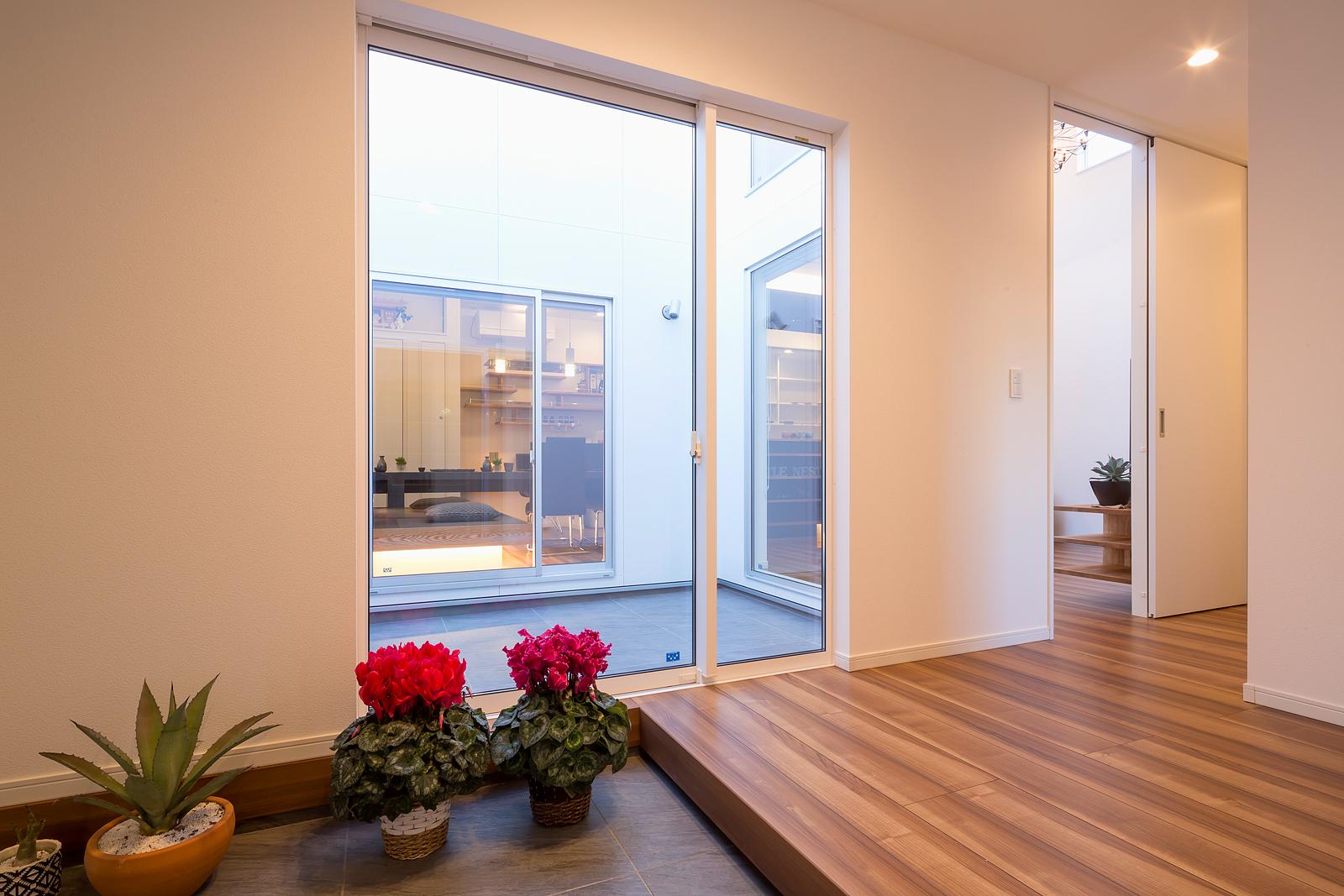 玄関ホールから中庭を挟み、奥にダイニング。写真右側にゲストルーム、さらに奥に主寝室がある