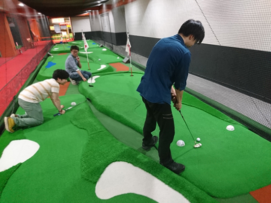 パターゴルフで遊ぶ3人