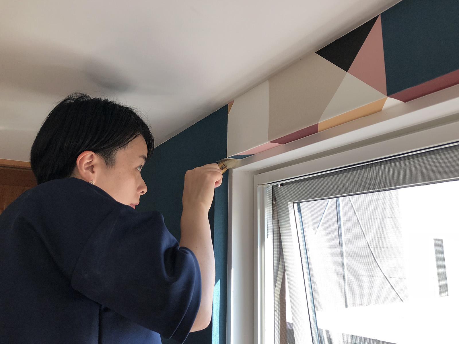 窓枠にも壁紙を巻いて統一感を