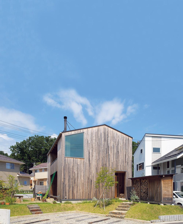 木の外壁の家