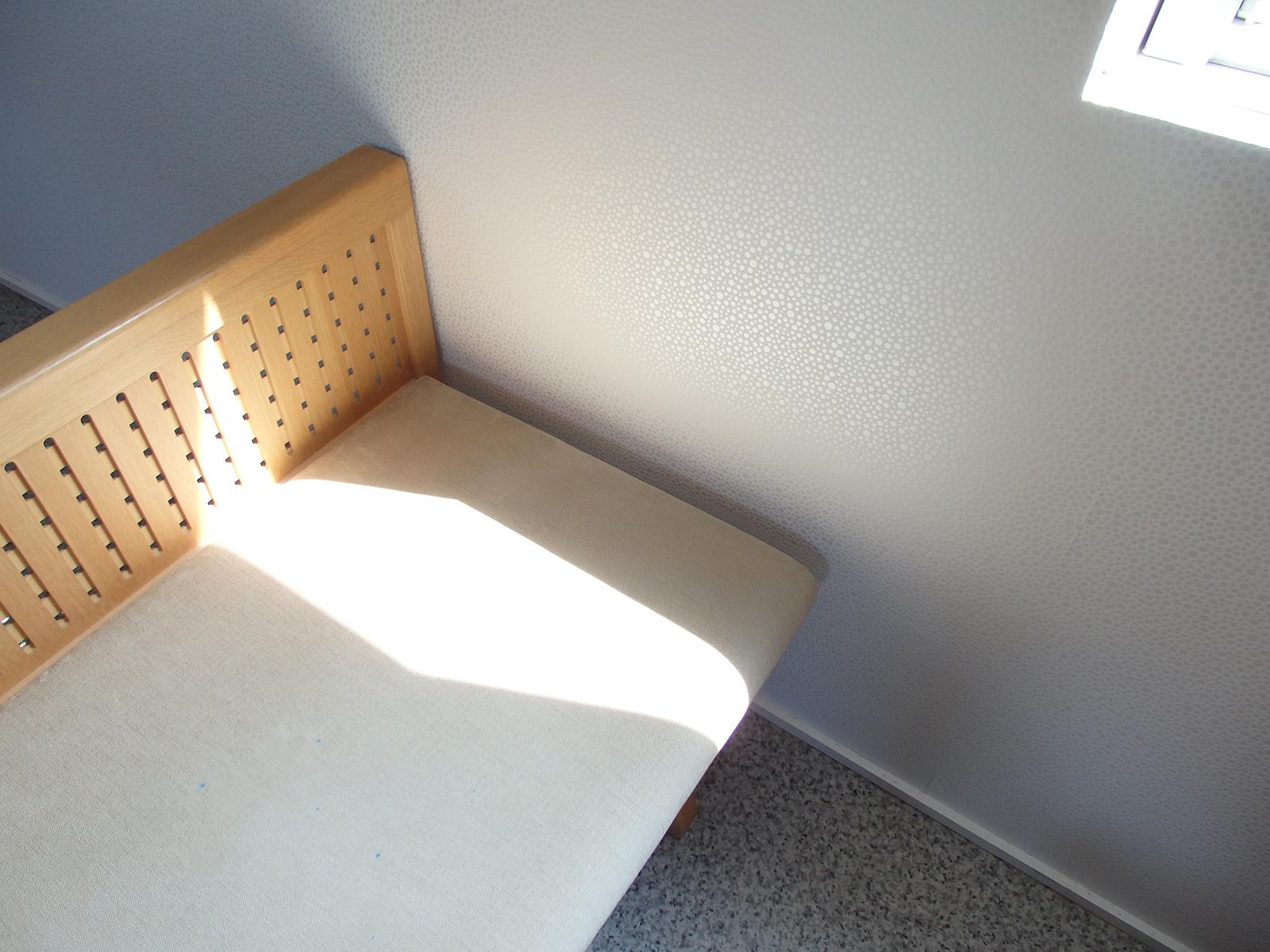 柔らかい模様の壁紙を全面に貼った北側の壁は、光の入り具合によって雰囲気が変わる