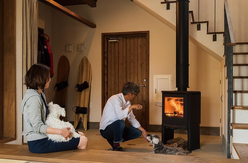 「みんなで土間に集まって炎を楽しむのが、冬のわが家の楽しみになりました。こうしてストーブを焚いていても室内の空気が爽やかです」と奥さん