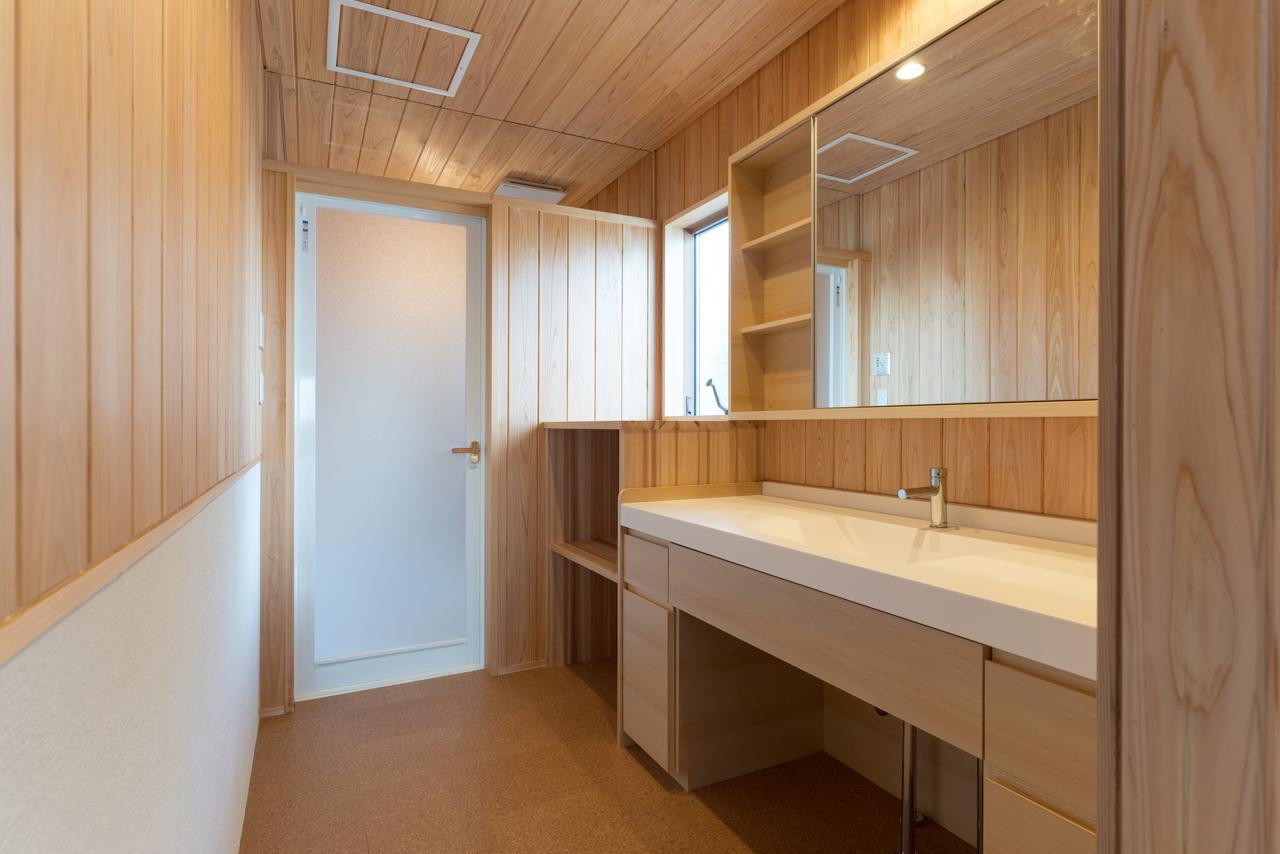 浴室の壁面や脱衣所にも木をふんだんに。ふとした時に、木のぬくもりや落ち着きを感じられる
