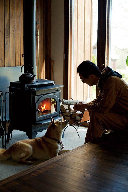 愛犬とともに炎を楽しむ