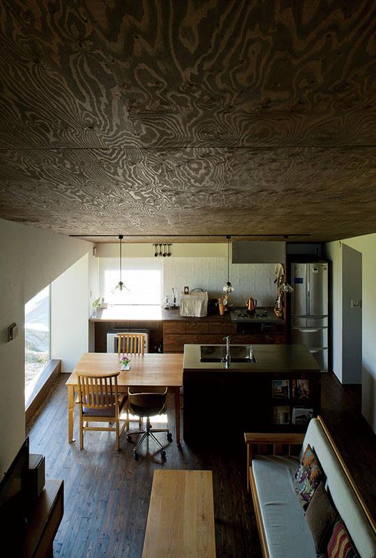 2階からLDKを見下ろす。ほぼワンルームのようなつくりのため、室内はどこも均一に暖かい。室内が快適だからこそ、冬の寒さも楽しめるのだろう