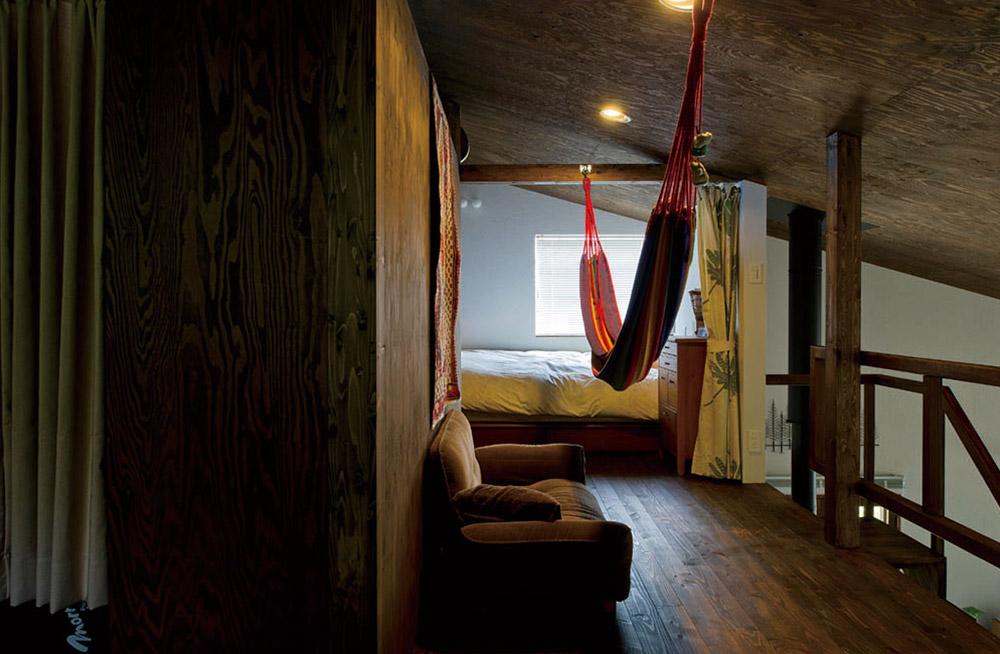 間仕切りのないオープンな2階。ホールにはハンモックを吊るし、お昼寝を楽しむ