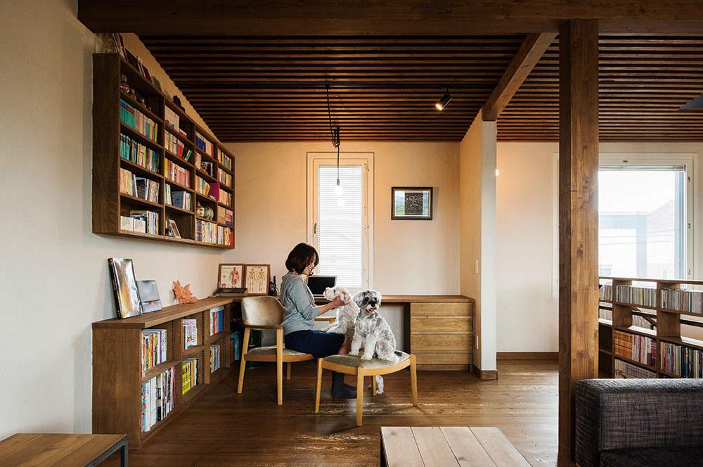 リビングの一角に設けた書斎コーナー。蔵書の多いOさんの要望で、吹き抜けの手すり下や壁に本棚を造作
