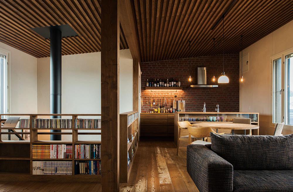 木、レンガ、アイアンといった自然の素材を生かして丁寧にしつらえた空間は、大人の2人住まいにふさわしい端正な佇まい