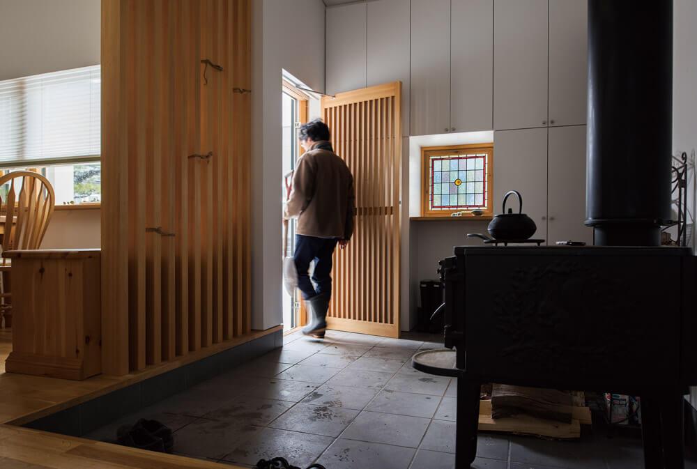 メイン暖房は電源も必要な、潜熱回収型ガス給湯暖房熱源機による床下放射器利用セントラル暖房。サブ暖房として設置した念願の薪ストーブが、冬の停電時の心強い存在に