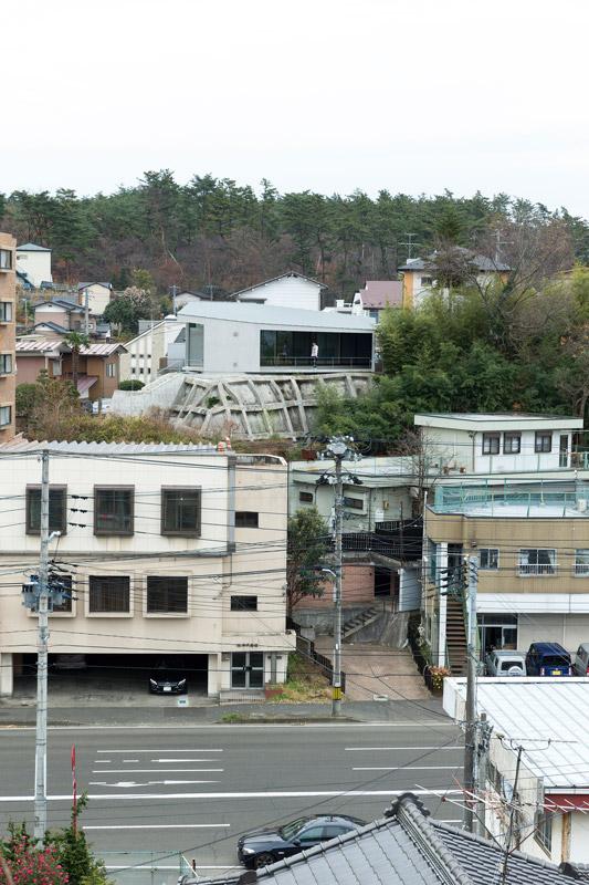 小高い擁壁までもが家の一部のようにデザインされた外観