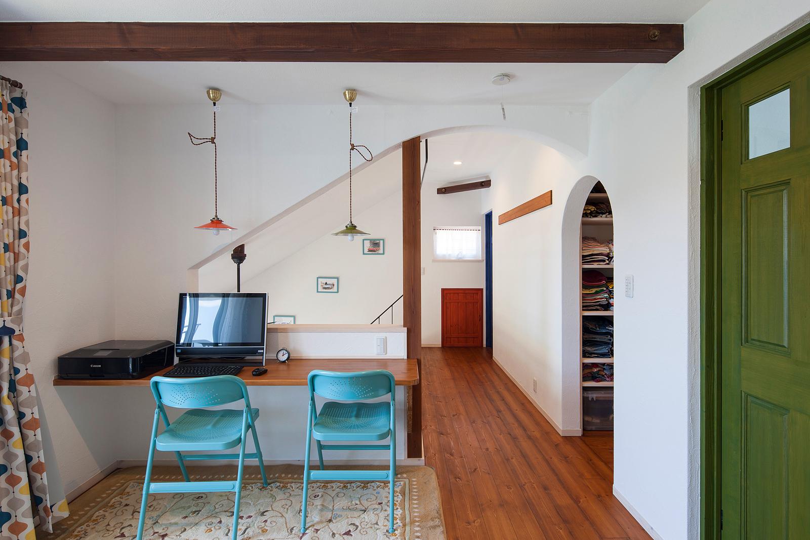 2階ホールは、カウンターテーブルのほかにソファも置いて、セカンドリビング的に。冬は薪ストーブで暖か