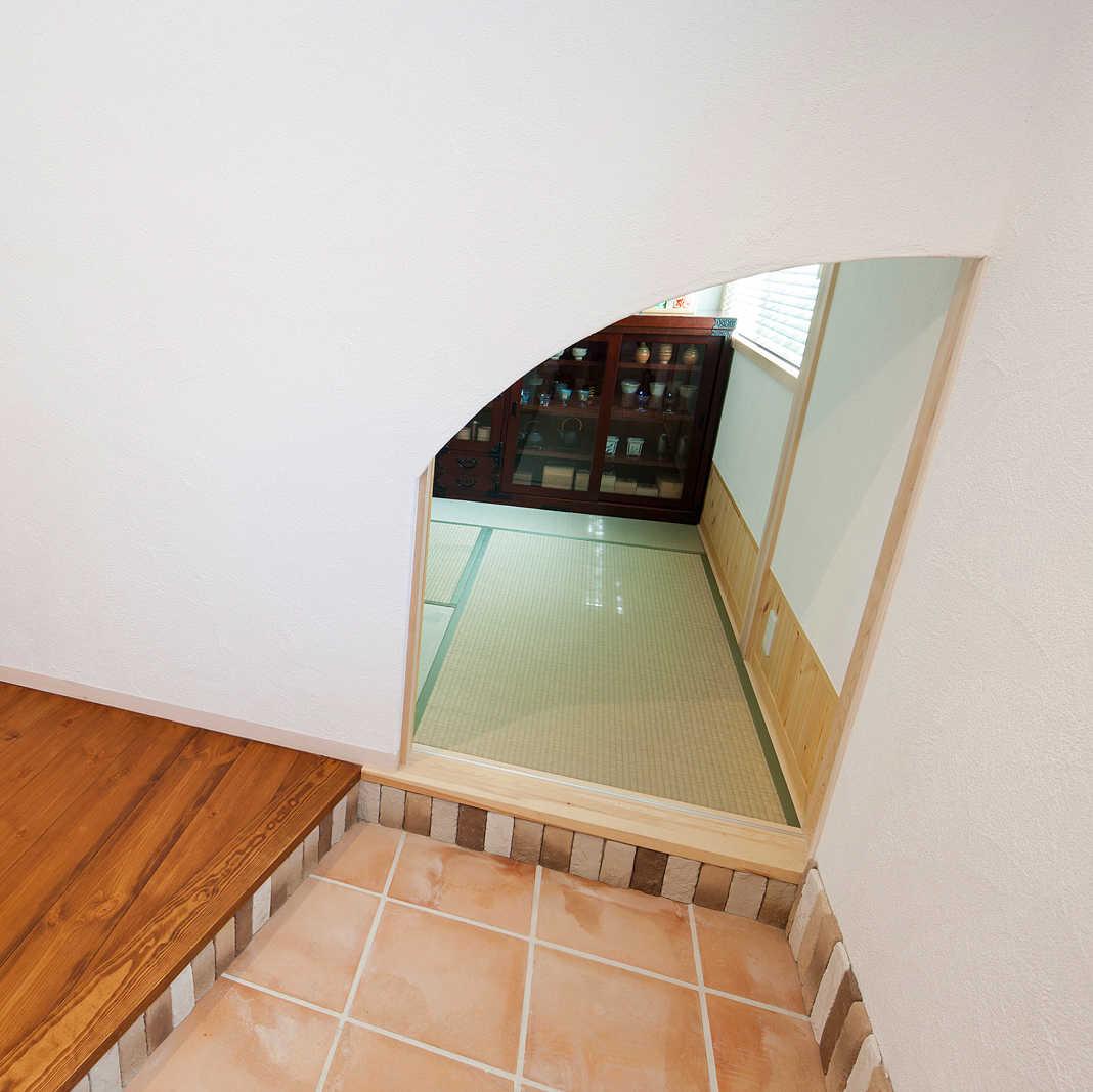 玄関ホール右の小さな入り口は和室に続く。縁側感覚でお父さんがお友達と話したりすることも
