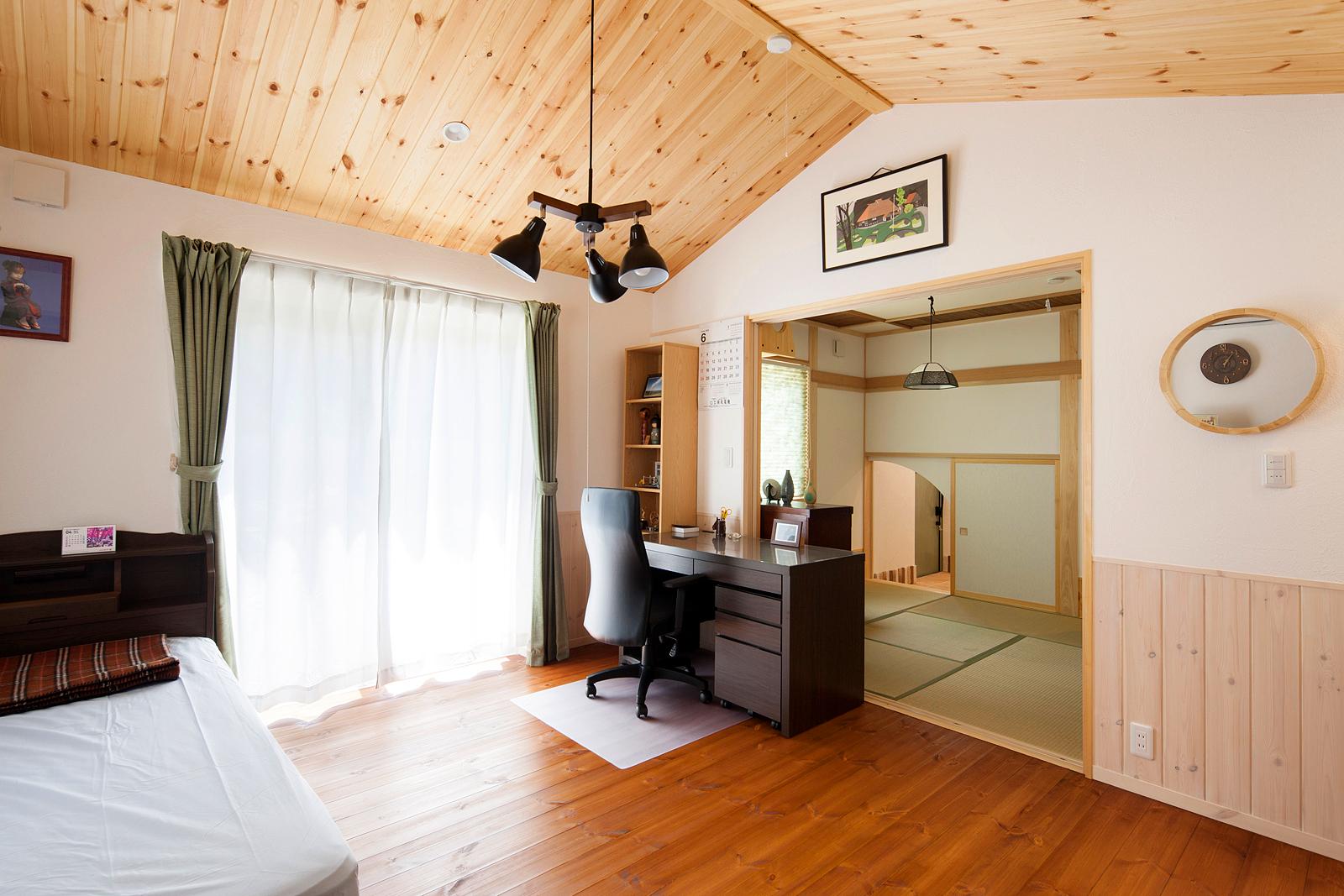 お父さんの寝室と奥の和室。LDKとは離れているので静かで落ち着く。和室奥に見える小さな入り口は玄関につながっている