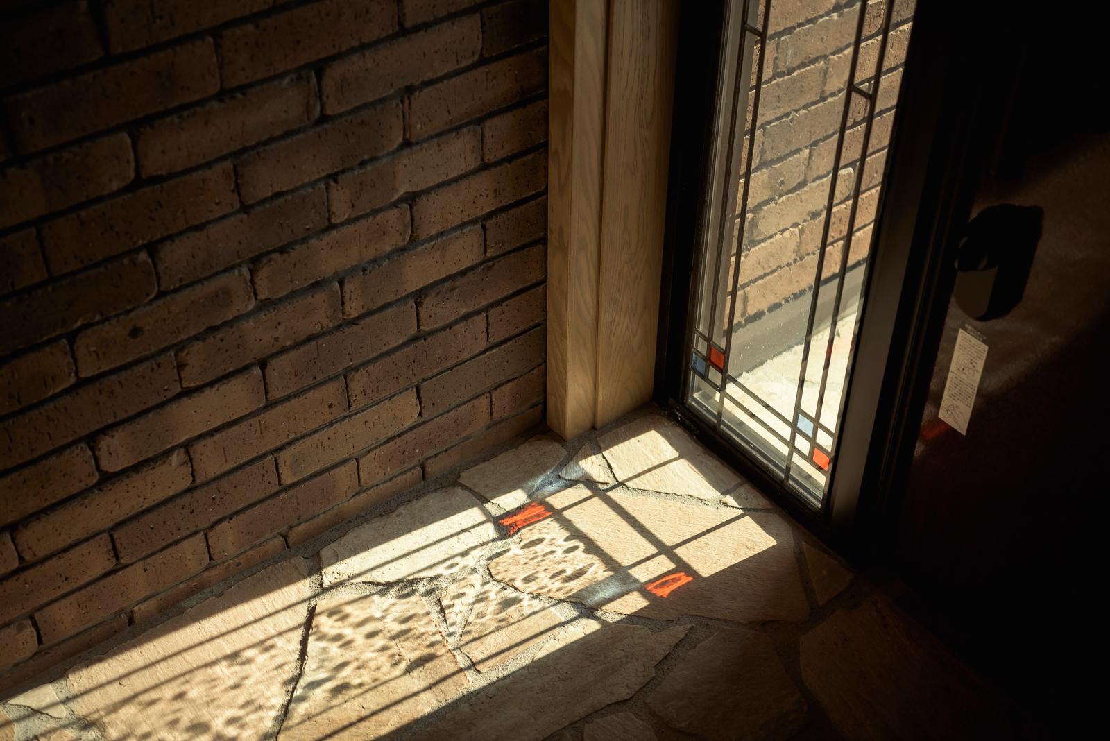 玄関と書斎に用いられたステンドグラスは、アイ建築工房でデザインを起こし、財団の許可を得て、地元の工房で制作したオリジナル