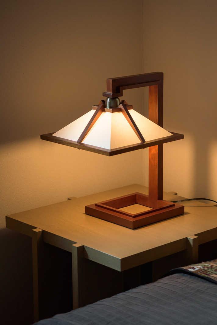 寝室に置かれたベッドライトも、ライトが自邸建築のために自らデザインしたタリアセン1ミニ