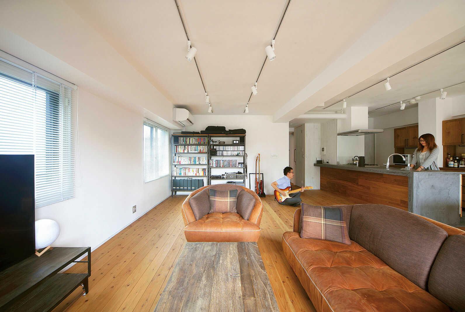 ソファセットをはじめとする家具は、インテリアショップ「クラッシュゲート」のもので統一