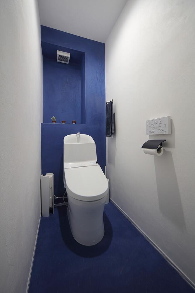 トイレの青い壁や床も防水性の高い左官材で塗り上げられたものだ