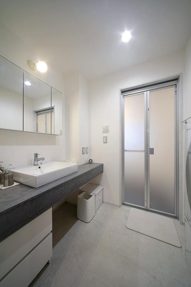 大工さんが造作した洗面台。カウンターは防水性の高い左官材で仕上げられている