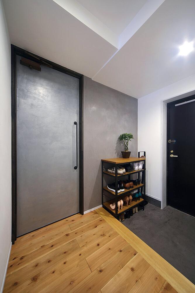 寝室に通じる特注の扉の外側には、ドイツ製の金属製左官材を塗った。経年変化で増す趣も魅力