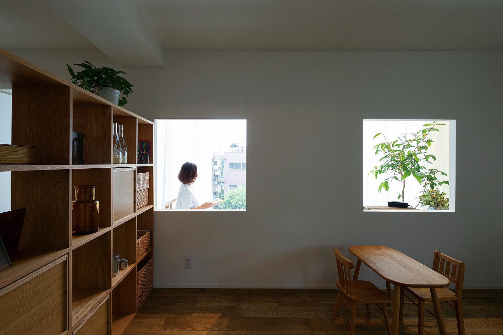 光に満ちたインナーバルコニー。室内から望めば、まるで額縁で景色を切り取ったように映る