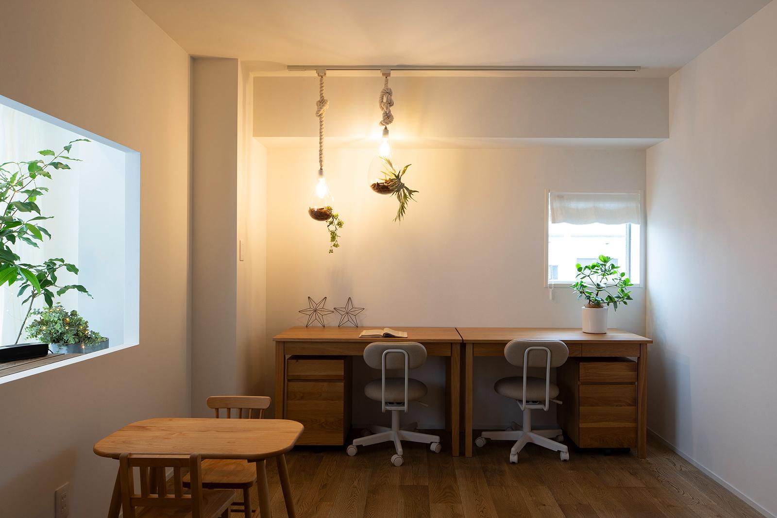 リビングからゆるやかにつながる、住む人の自由な使い方が叶うフレキシブルルーム。北側の壁には2ヵ所の開口部を設け、新たに部屋を設けた際にも陽の光がしっかり届く工夫を取り入れた