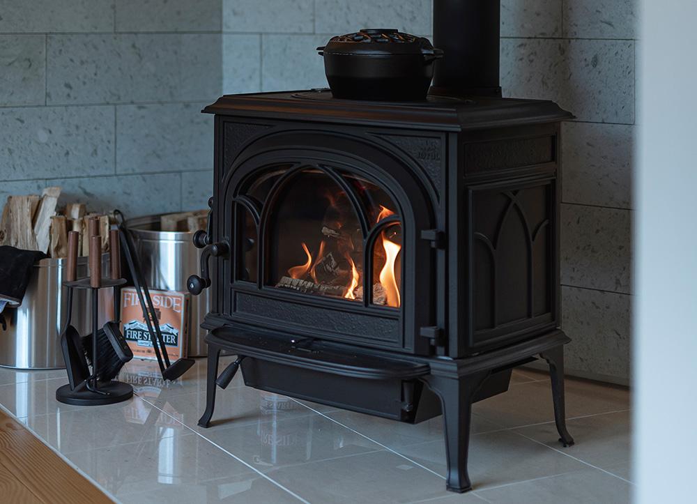 ヨツールのF500。炉内の横幅×奥行き×高さのバランスがとれていて、薪が無駄なく燃焼しやすい