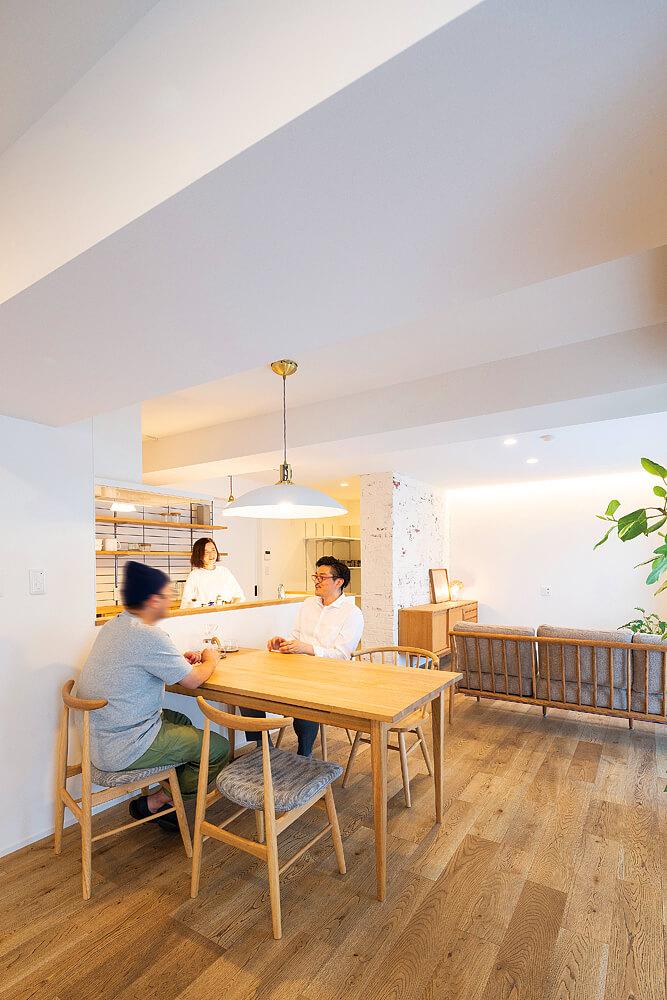 Sさんご夫妻とN's Create.の城浩太郎さん。「空間に余裕を持たせ、室内を広く感じてもらえるようなプランニングがキモでした」と城さん。間取りの意向だけでなくナチュラルなテイストの家具と調和するデザインに共感し、モデルルームとして公開後すぐにSさんご夫妻が購入を決めた